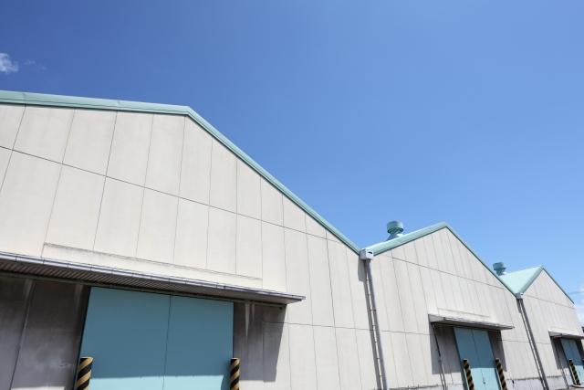工場の大倉庫/倉庫雨どい(縦樋・横樋)修理