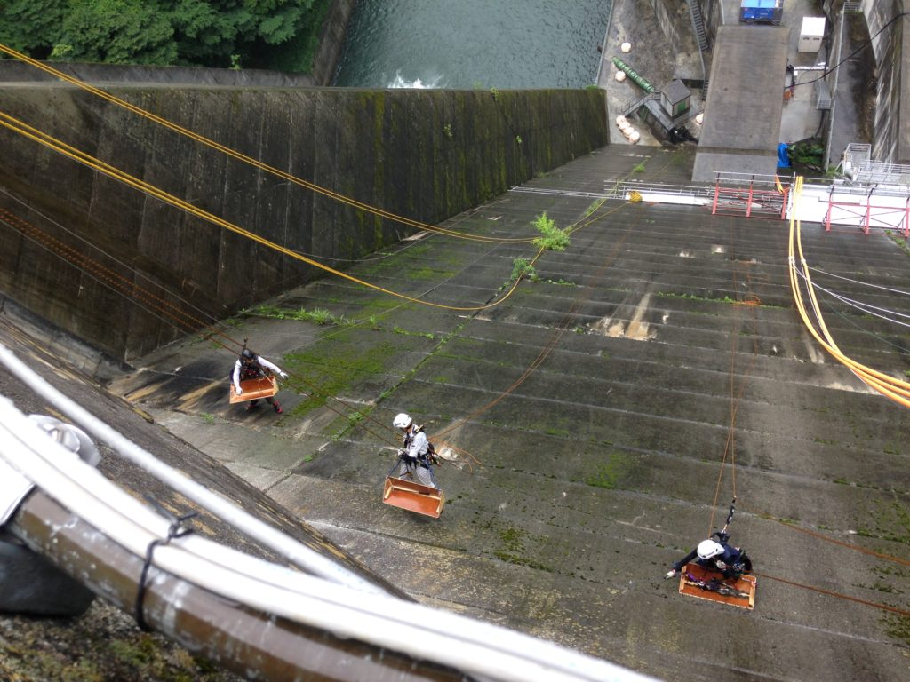 関東地方ダム/ダム壁面コンクリート調査及び剥離コンクリートガラ撤去工事